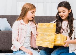 girls opening box